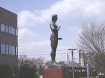180331092 鶴ヶ島市役所前の彫刻.jpg