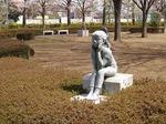 180331093 鶴ヶ島市役所前の彫刻.jpg