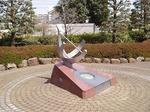 180331100 鶴ヶ島市役所前の彫刻.jpg
