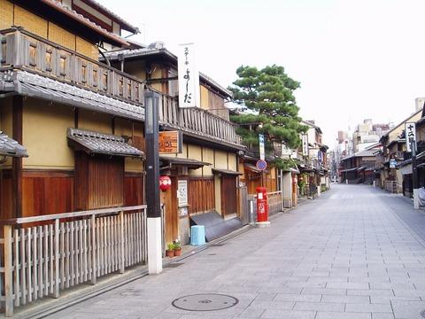 191107-37-R 祇園の朝.jpg